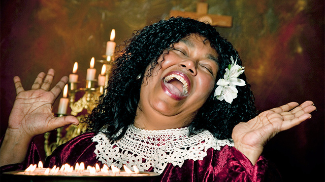 Frau singt vor Freude