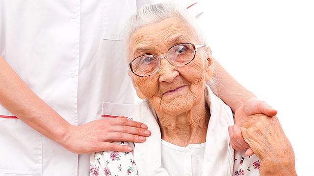 Seniorin in Pflege