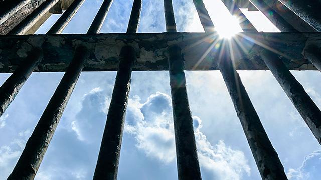 Hoffnung trotz Gitterstäbe