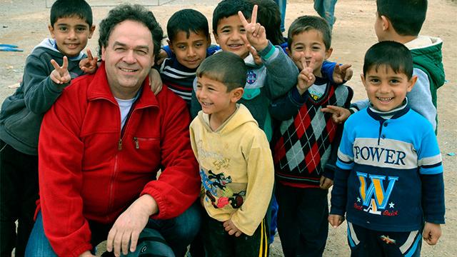 Andreas Görlich mit Kindern im Irak (c) Khaima