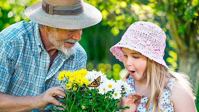 Grossvater und Enkelin