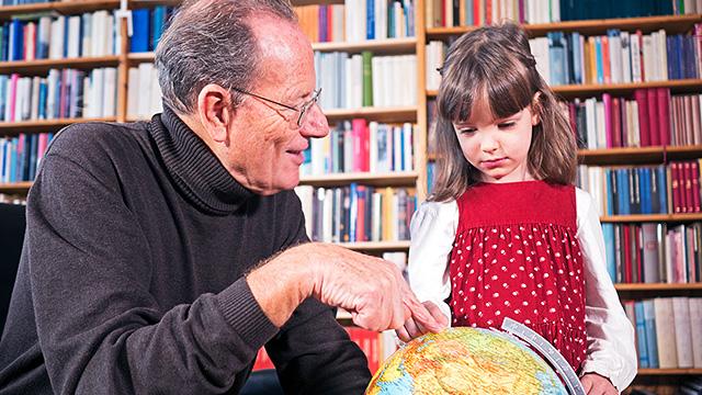 Grossvater mit Enkelin