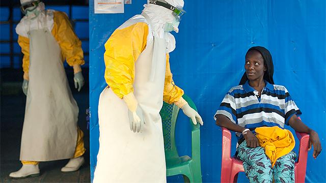 Ärzte und Patientin in Guinea