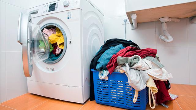 Waschküche mit Wäsche