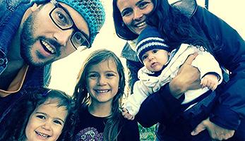 Philipp und Marcilane Hönes mit Kindern