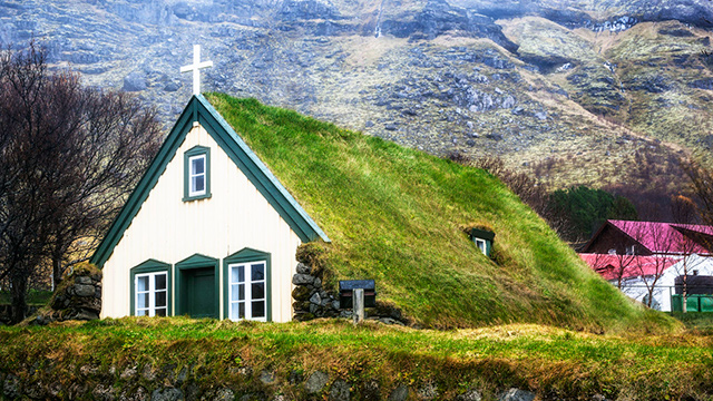 Kirche in Island mit grünem Dach