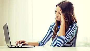 Jugendliche am Laptop