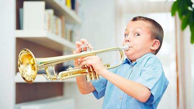 Junge mit Trompete
