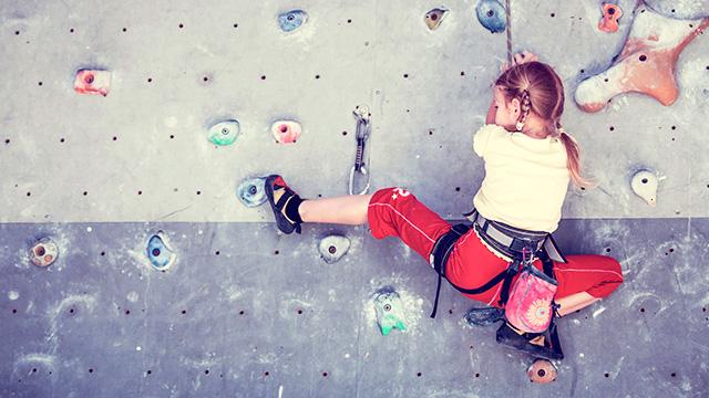 Mädchen an der Kletterwand