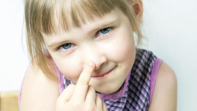 Mädchen berührt Nase