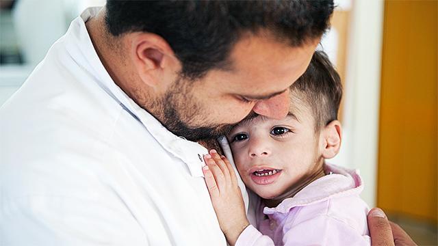 Arzt mit kleinem Patient
