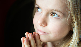 Mädchen betet