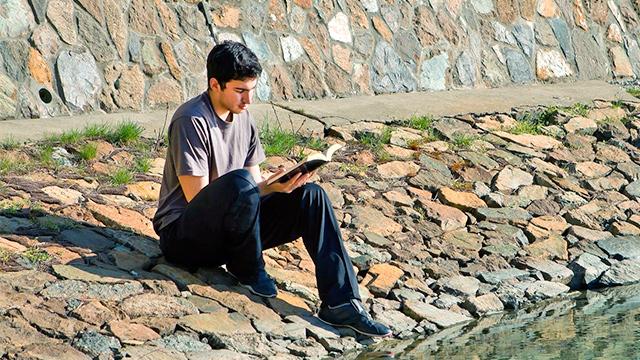 Bibellektüre am Wasser