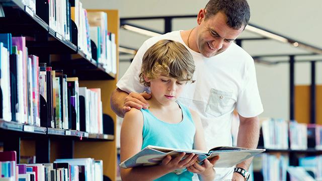 Vater und Sohn in der Bibliothek