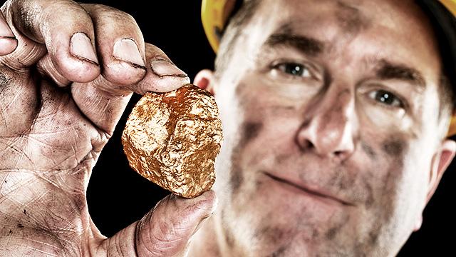 Minenarbeiter mit Goldnugget