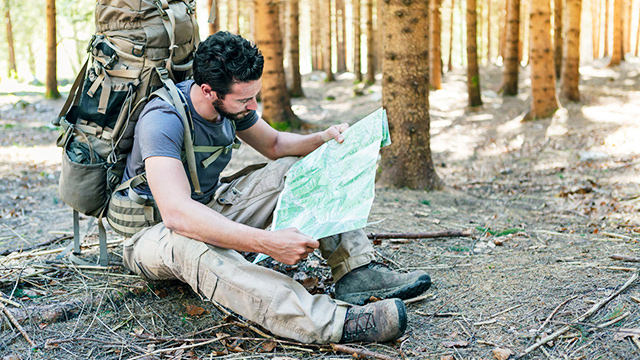 Überlebenskünstler studiert Karte
