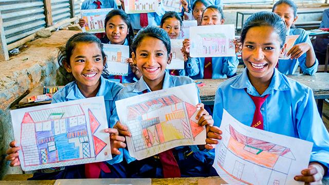 Nepalesische Schülerinnen mit Zeichnungen