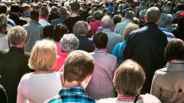 Menschen bei einer Prozession