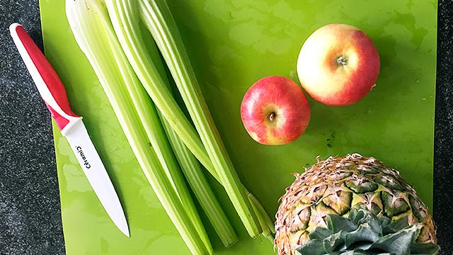 Smoothie aus Äpfeln, Stangensellerie und Ananas