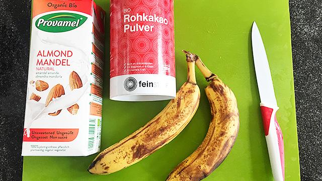 Smoothie aus Mandelmilch, Bananen und Kakao