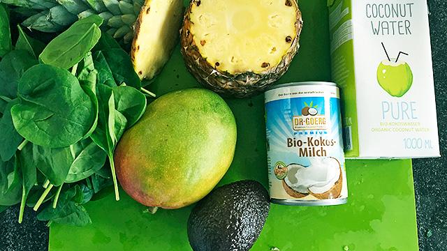 Smoothie aus Mango, Ananas, Spinat, Avocado, Kokosmilch und Kokoswasser