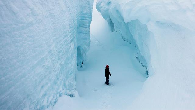 Mensch in Gletscherspalte