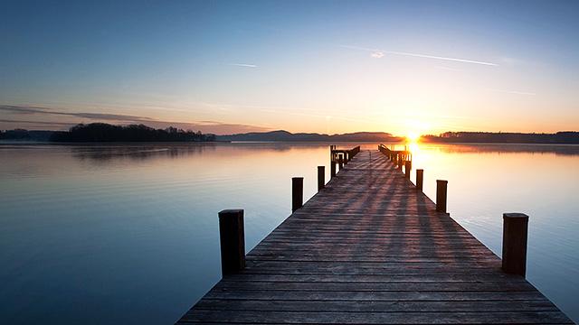 Steg und See im Morgenlicht