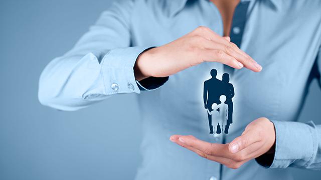 Schützende Hände über Familie