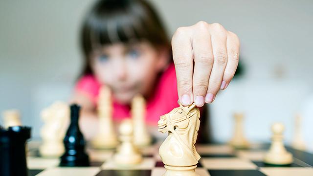 Mädchen spielt Schach