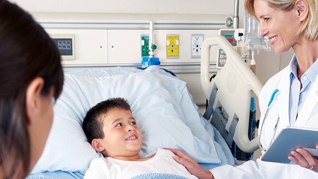 Junger Patient mit Ärztin