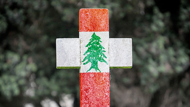 Kreuz mit Libanon-Flagge
