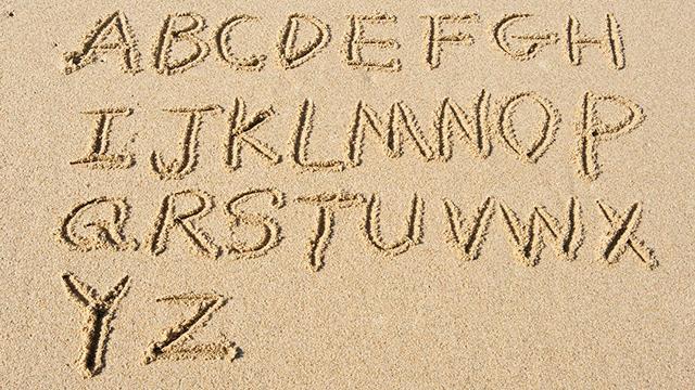 Alphabet im Sand
