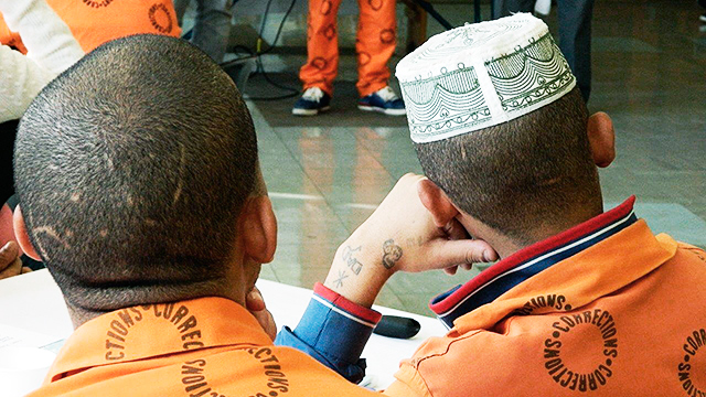 Zwei Gefangene hören zu