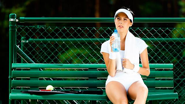 Tennis-Spielerin ruht aus