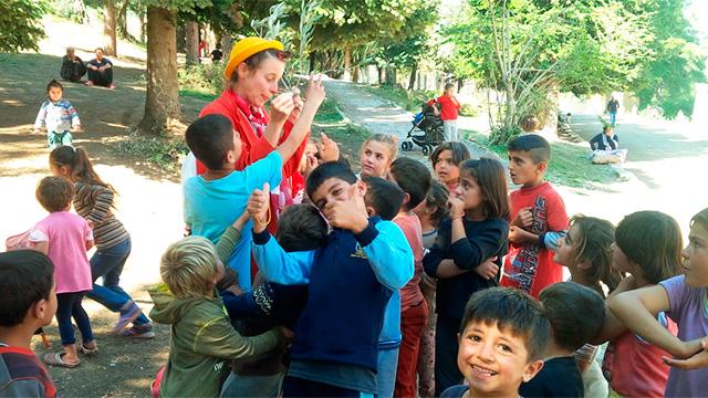 Umringt von Flüchtlingskindern