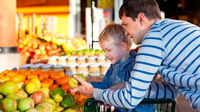Vater und Sohn beim Einkaufen