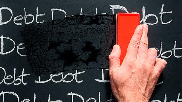 Hand mit Schwamm wischt Buchstaben auf Wandtafel aus