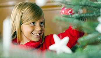 Mädchen beim Weihnachtsbaum