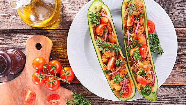 Zucchettischiffchen mit Gemüsequinoa
